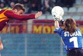la mano di De Rossi: gol e pentimento del centrocampista giallorosso
